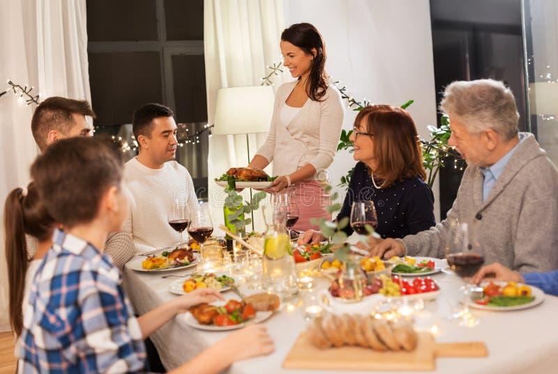 Lycklig familj som har matst?llepartiet hemma fotografering för bildbyråer