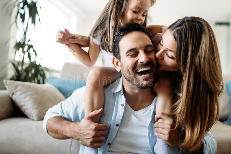 Lycklig familj som har rolig tid hemma royaltyfri fotografi