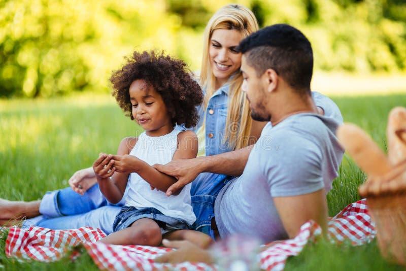 Lycklig familj som har rolig tid p? picknick arkivfoto