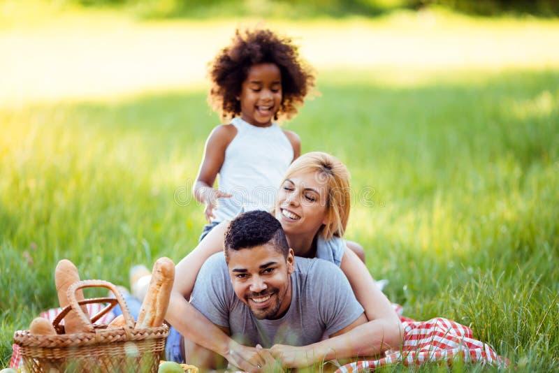 Lycklig familj som har rolig tid p? picknick arkivbilder