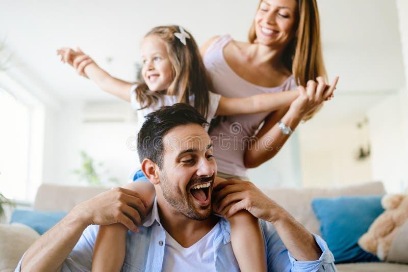 Lycklig familj som har roliga tider hemma arkivbild