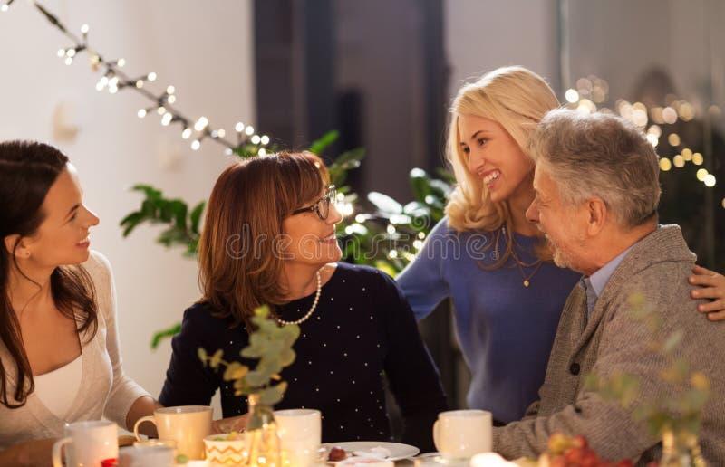 Lycklig familj som har tebjudningen hemma fotografering för bildbyråer