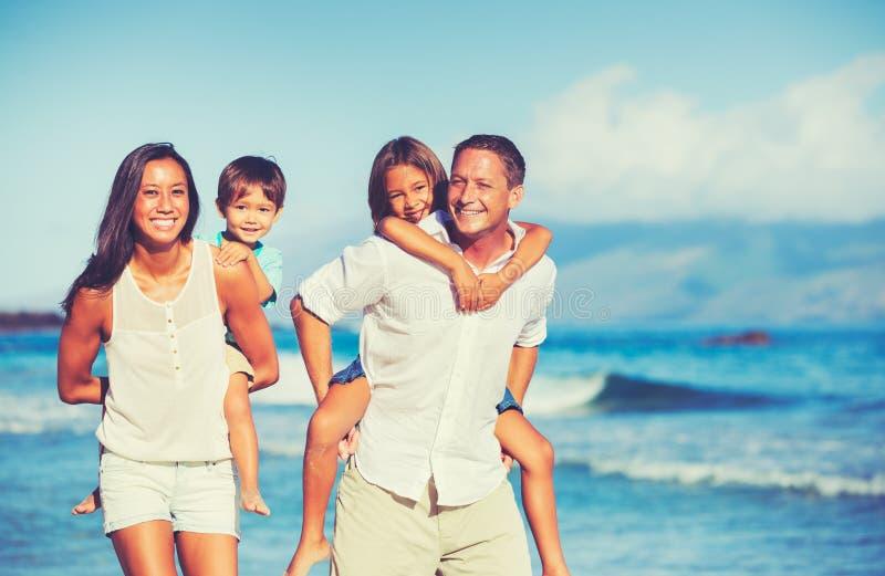 Lycklig familj som har tillsammans gyckel royaltyfria bilder