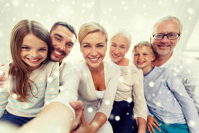 Lycklig familj som hemma tar selfie arkivbild