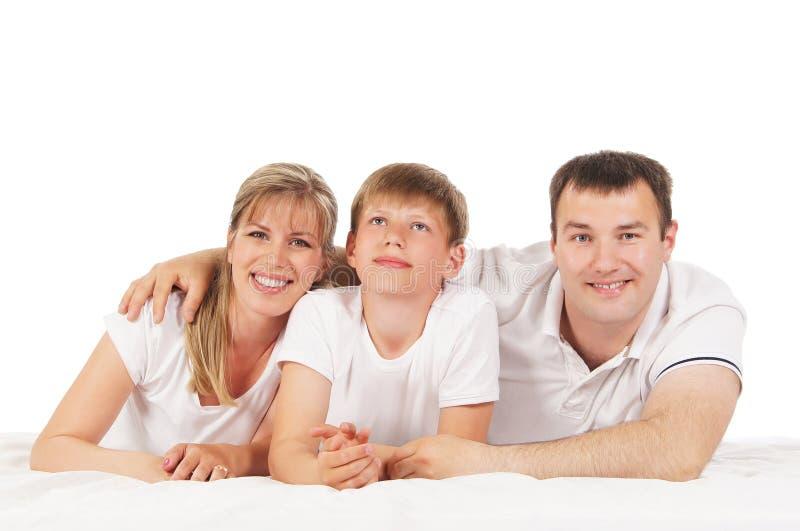 Lycklig familj som isoleras över vit bakgrund royaltyfri bild