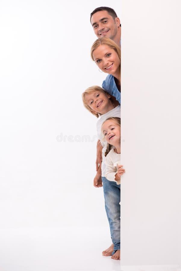 Lycklig familj som isoleras på vit bakgrund royaltyfria bilder