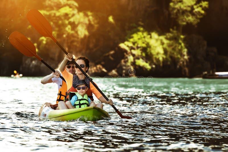 Lycklig familj som kayaking på tropiska öar royaltyfri bild