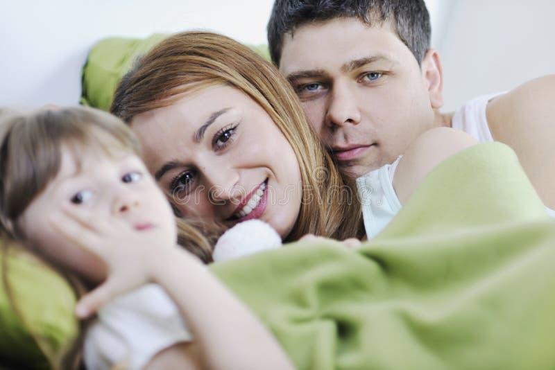 Lycklig familj som kopplar av i underlag royaltyfri fotografi