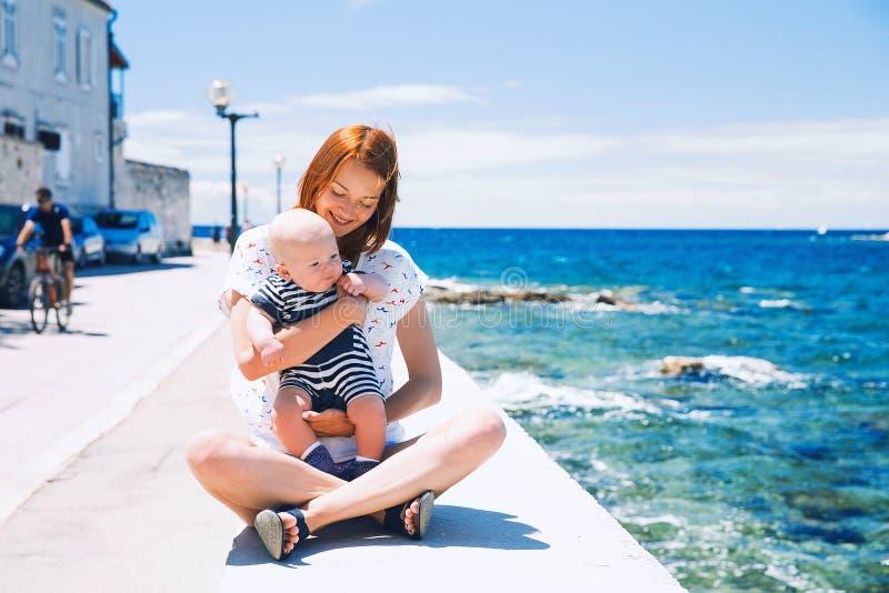 Lycklig familj som kopplar av vid havet royaltyfri foto