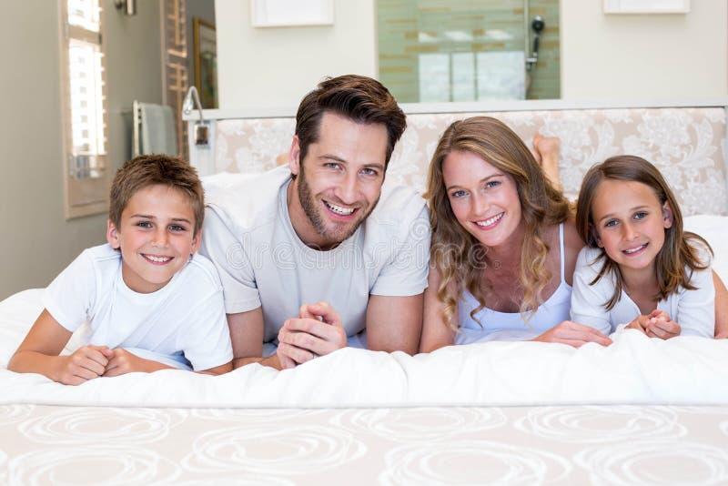 Lycklig familj som ler på kameran royaltyfria bilder