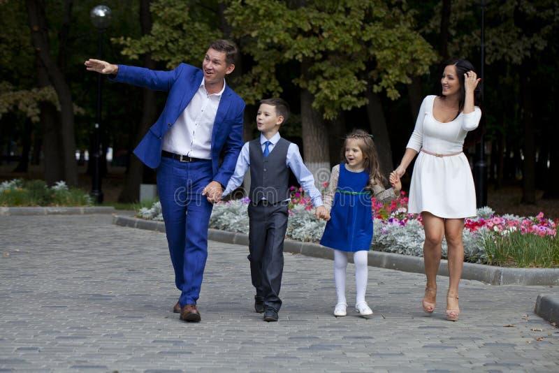 Lycklig familj som promenerar den förorts- gatan arkivbild