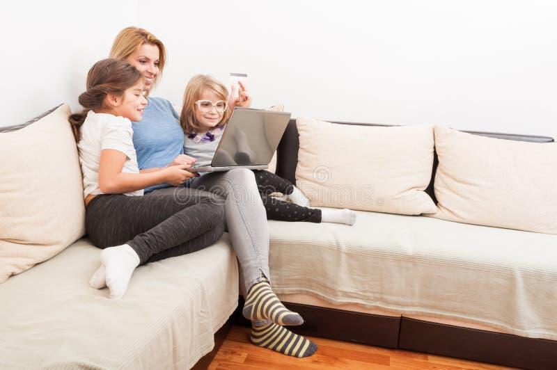 Lycklig familj som shoppar online-begrepp royaltyfria foton