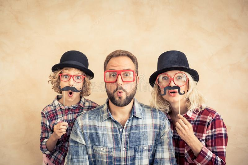 Lycklig familj som spelar i hem arkivfoto