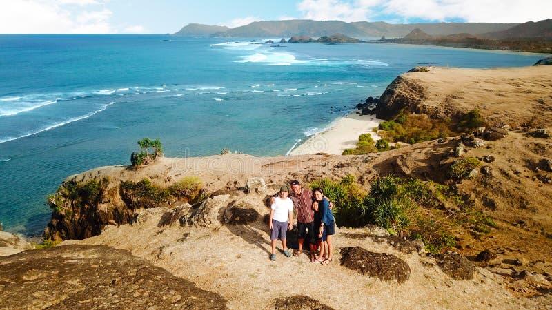 Lycklig familj som tar bilder på stranden royaltyfri fotografi