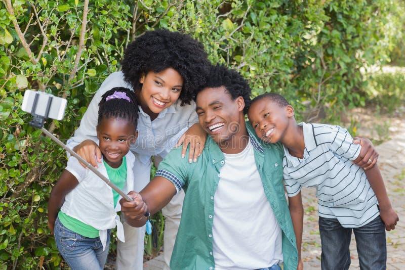 Lycklig familj som tar en selfie royaltyfri bild