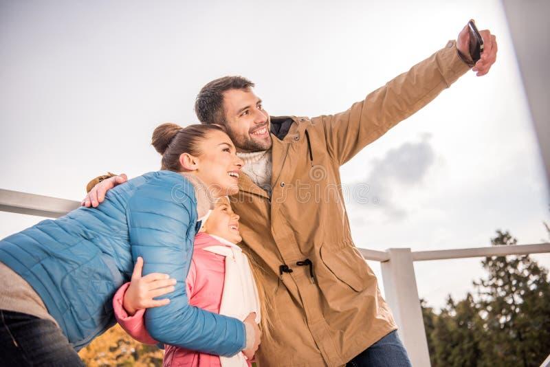 Lycklig familj som tar selfie arkivfoton