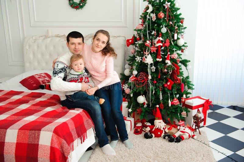 Lycklig familj som tillsammans firar nytt års helgdagsafton fotografering för bildbyråer