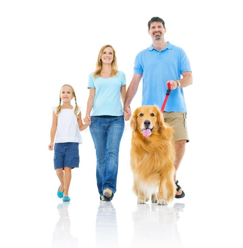 Lycklig familj som tillsammans går arkivfoto