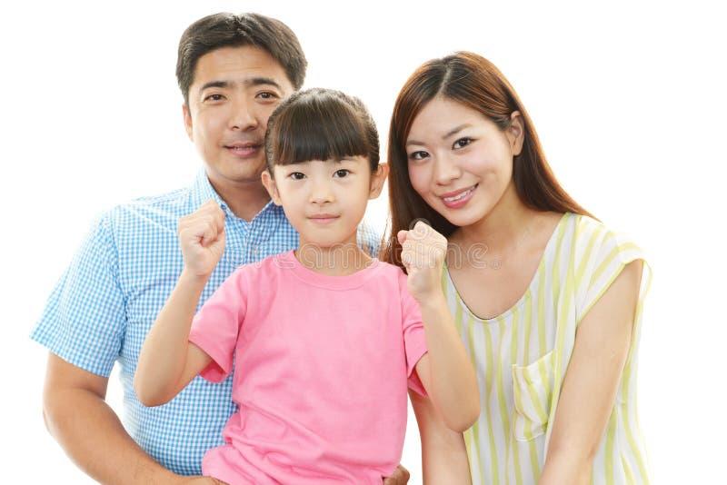 Lycklig familj som tillsammans ler royaltyfri bild