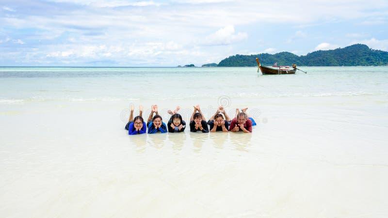 Lycklig familj som tillsammans ligger på stranden, Thailand royaltyfria bilder