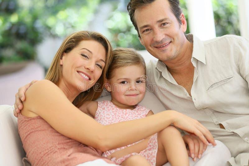 Lycklig familj som tillsammans tycker om royaltyfri bild