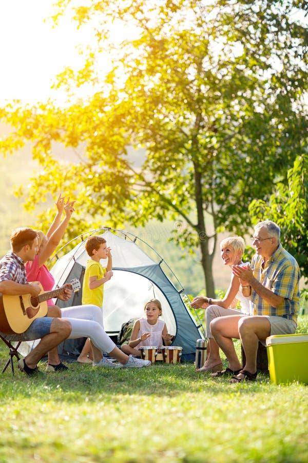 Lycklig familj som tycker om på sommardag royaltyfri bild
