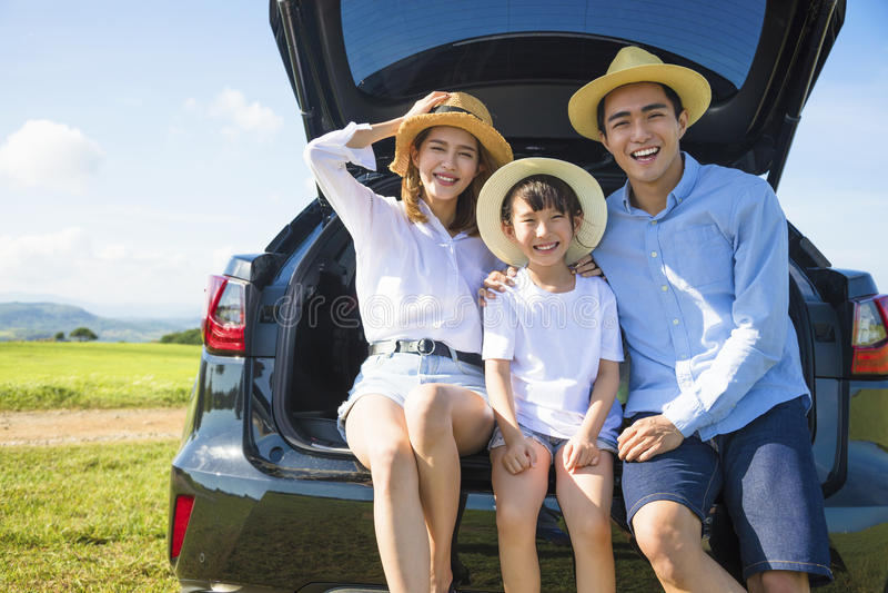Lycklig familj som tycker om vägtur och sommarsemester royaltyfri bild