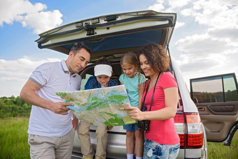 Lycklig familj som tycker om vägtur och sommarsemester arkivfoton