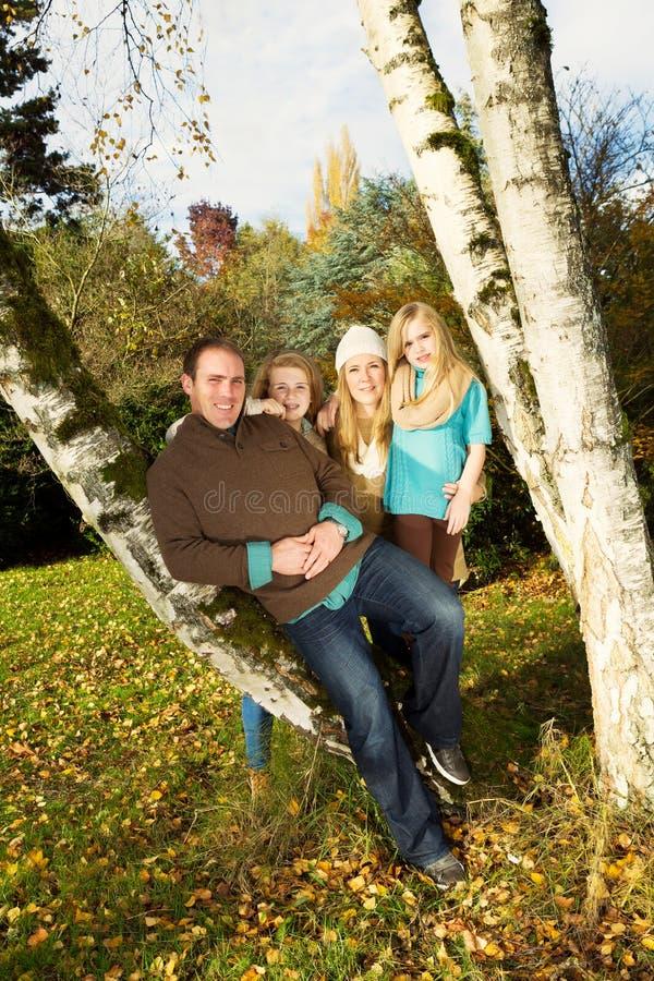 Lycklig familj som utomhus vilar under en trevlig dag i nedgångsäsong royaltyfria bilder