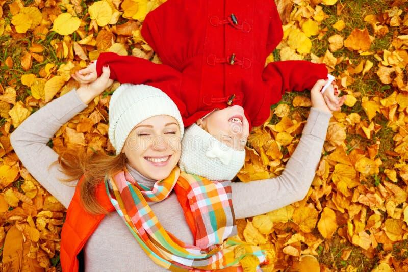 Lycklig familj: spelar den lilla dottern för modern och för barnet kel på arkivbilder