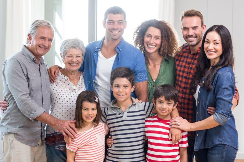 Lycklig familj tillsammans hemma arkivfoto