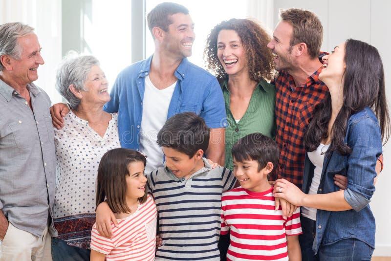 Lycklig familj tillsammans hemma arkivbilder