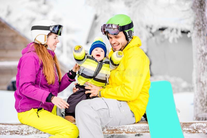 Lycklig familj under vintersemestrarna fotografering för bildbyråer