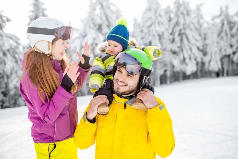 Lycklig familj under vintersemestrarna royaltyfria bilder