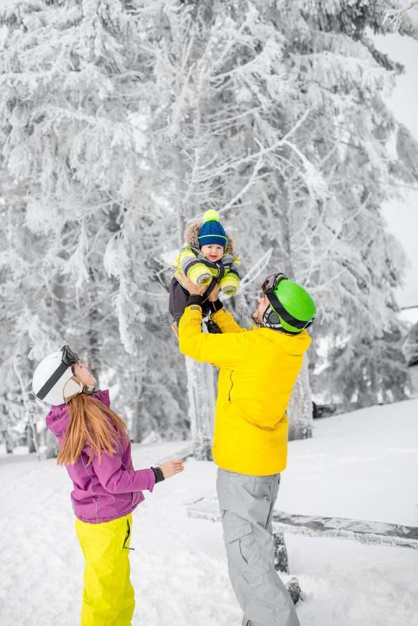 Lycklig familj under vintersemestrarna arkivbild