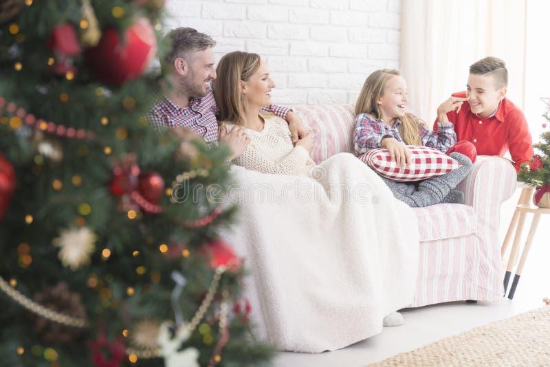 Lycklig familj under xmas royaltyfria foton