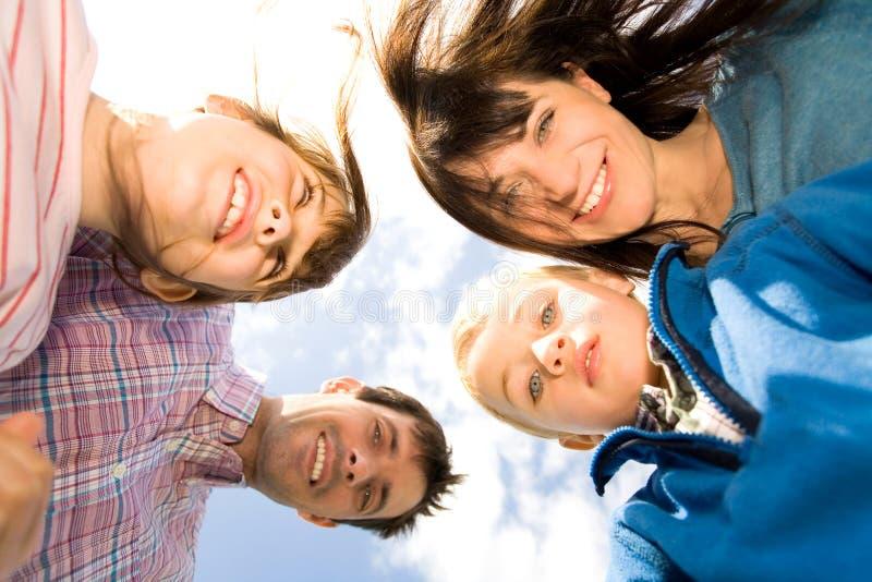 lycklig familj utomhus royaltyfri foto