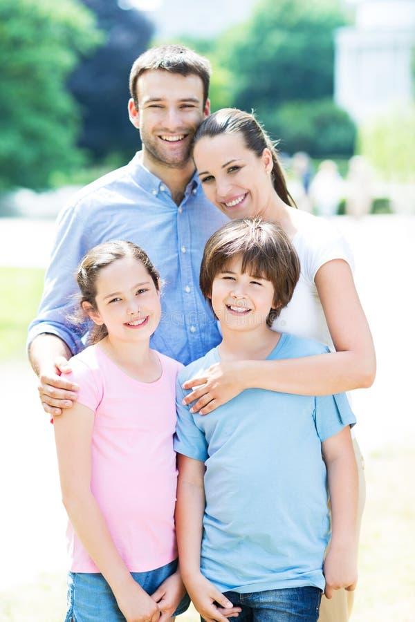 lycklig familj utomhus fotografering för bildbyråer