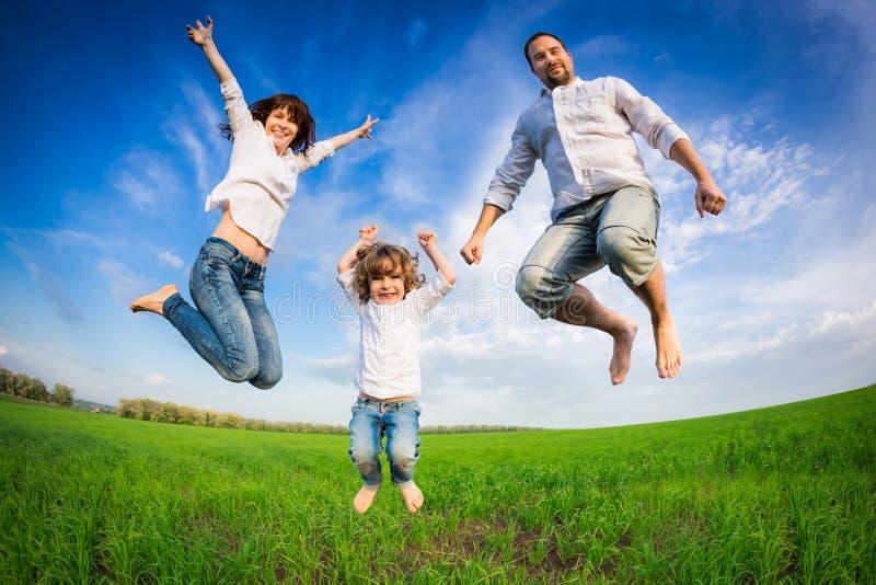 Lycklig familjbanhoppning royaltyfri fotografi