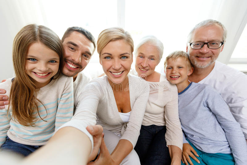 Lycklig familjdanandeselfie hemma royaltyfri fotografi