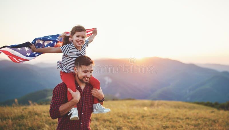 Lycklig familjfader och barn med flaggan av den Förenta staterna enjoyien fotografering för bildbyråer