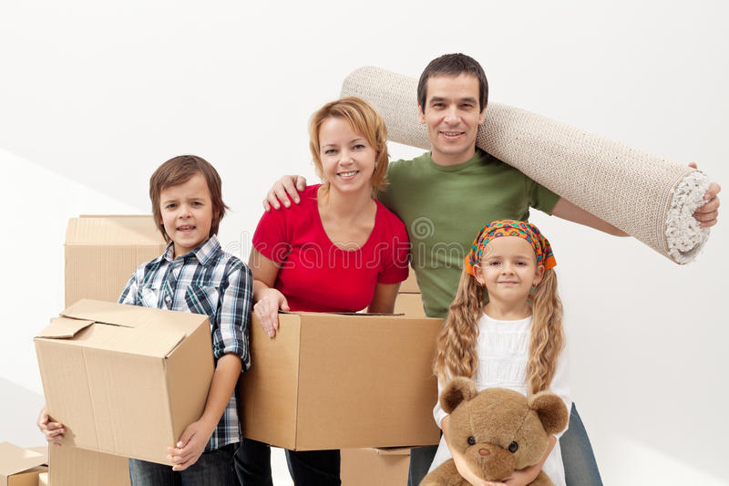 Lycklig familjflyttning in i ett nytt hem royaltyfria bilder