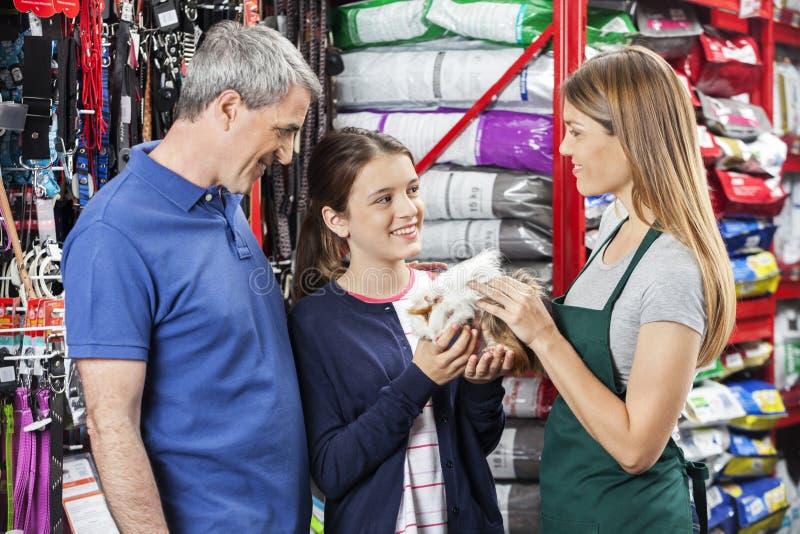 Lycklig familjköpandeförsökskanin från försäljare royaltyfria foton