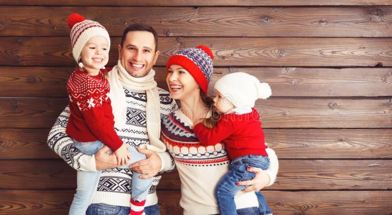 Lycklig familjmoder, fader och barn i vinterhattar på woode royaltyfria bilder