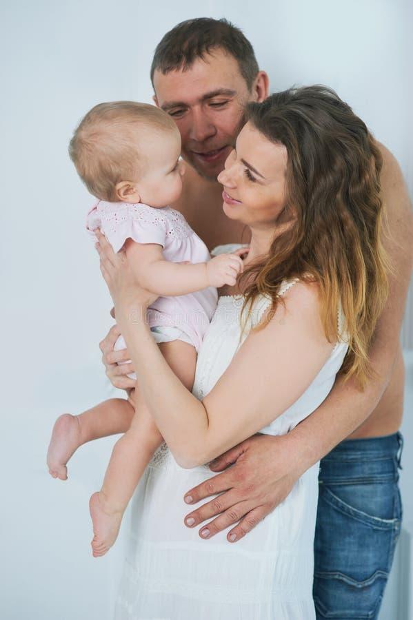 lycklig familjmoderfader, barndotter hemma lycklig harmonisk älska familj föräldraskap royaltyfri bild