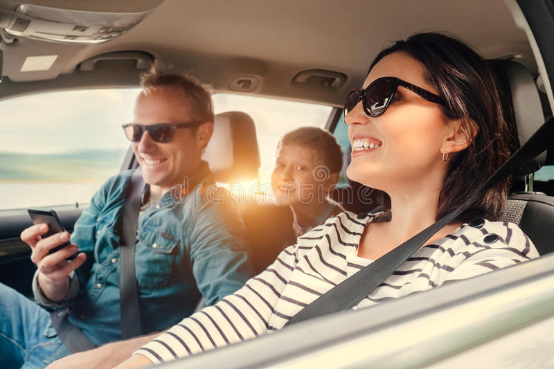 Lycklig familjridning i en bil arkivfoton