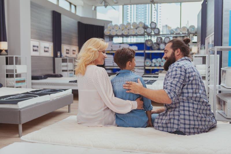Lycklig familjshopping på möblemanglagret arkivfoton