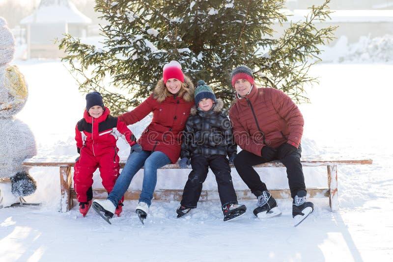 Lycklig familjskridsko i vintern fotografering för bildbyråer