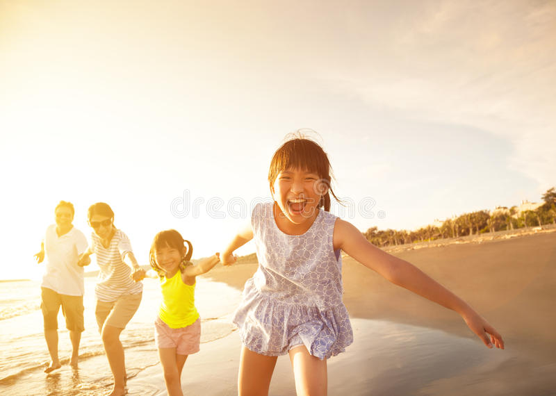 Lycklig familjspring på stranden arkivbilder