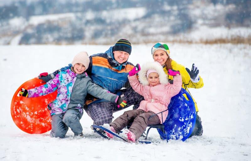Lycklig familjstående utomhus på vintertid royaltyfri foto
